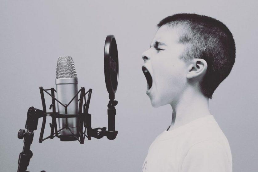 Junge schreit ins Mikrofon Krisenkommunikation